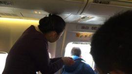 Pasajero abre la puerta de un avión para respirar aire fresco