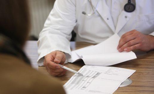 Adolescente finge ser ginecólogo de un hospital durante un mes