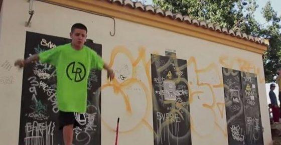 Niño de 12 años práctica parkour con una sola pierna