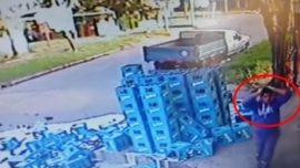 Repartidor de cerveza quiso salvar una caja pero todo salió muy mal