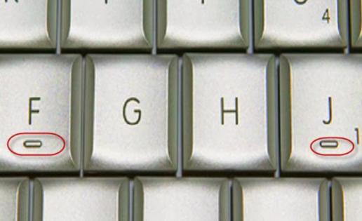 ¿Por qué las letras F y J tienen una rayita en el teclado?