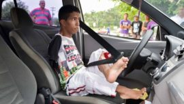 Un joven sin brazos aprueba el examen práctico de conducir