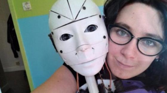 Una mujer se enamora de un robot y ahora quiere casarse con él
