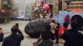 Un joven chino pide matrimonio a su novia con un meteorito