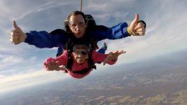 Una abuela celebra sus 94 años lanzándose en paracaídas