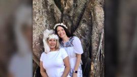 Una mujer se casa con un árbol para evitar que lo talen