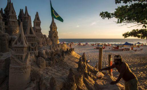 Un brasileño lleva 22 años viviendo en un castillo de arena