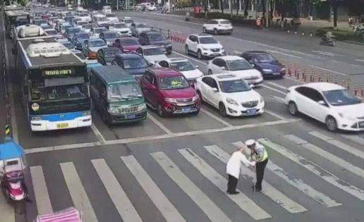 El gran gesto de un policía para ayudar a un anciano a cruzar la calle