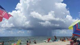 Captan alucinante nube en una playa de Alabama