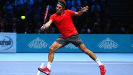 Roger Federer resta desde la línea de saque