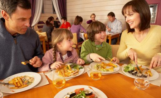 Reglas de oro para enseñar a los niños a comportarse en la mesa