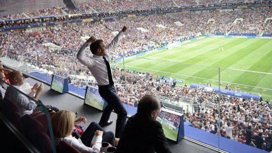 Sobre una fotografía de Macron