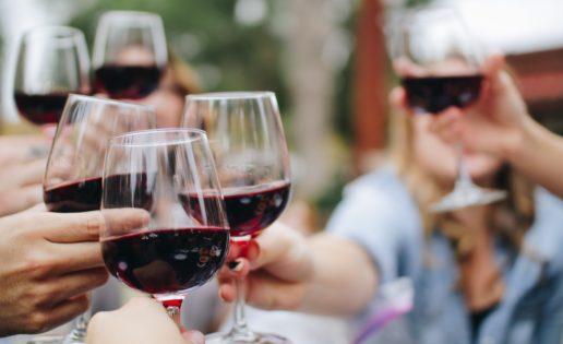 La razón que explica por qué no debes consumir alcohol durante el confinamiento