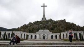 Sánchez, de mitin en mitin con la urna de los huesos de Franco