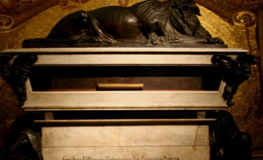 Ante la tumba de Francisco Pizarro en Lima