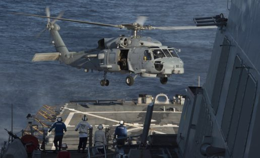 Un helicóptero de la Armada, a bordo del destructor «Donald Cook»