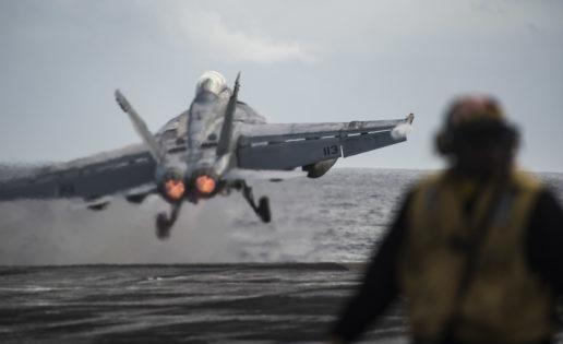 """Vídeo: el despegue y aterrizaje de cazas F-18 en el portaaviones """"Eisenhower"""""""