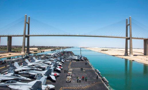 El portaaviones «Bush padre», en su imponente paso a través del canal de Suez