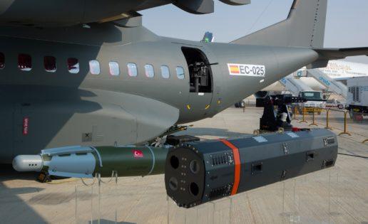 Airbus exhibe en Dubai su nueva versión del avión de transporte C-295 con armamento