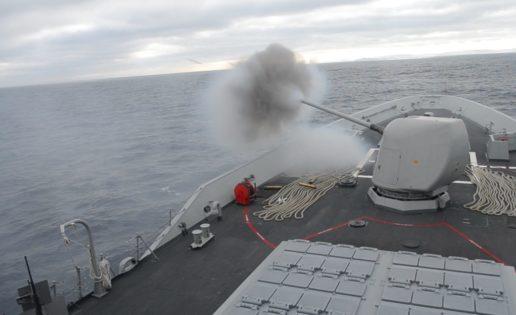 La fragata Méndez Núñez y el destructor Carney se adiestran en defensa aérea