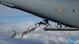 Vídeo: el salto masivo de 114 paracaidistas desde un avión A400M