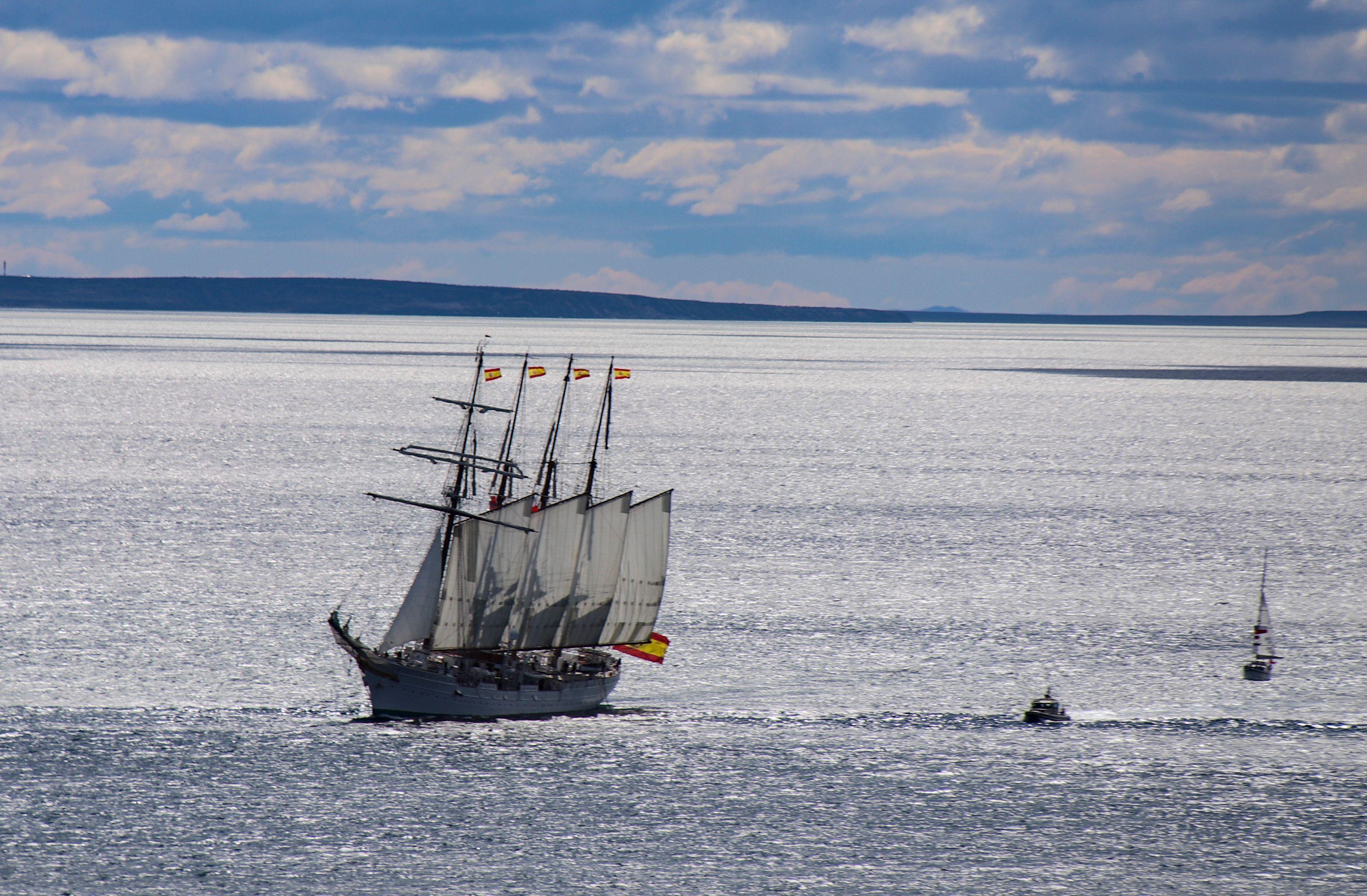 Imágenes del buque Juan Sebastián de Elcano en el Estrecho de Magallanes