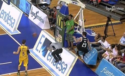 Un balonazo de Llull acaba con un árbitro grogui