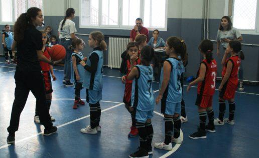 María Bruñó, tras su debut arbitrando en Escuelas Católicas: «Espero que los niños aprendan de mis aciertos y errores»