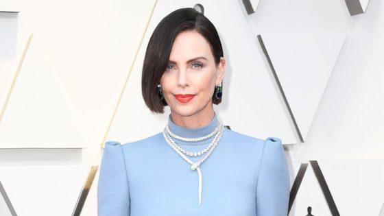 Copia el look deCharlize Theron en los Oscars 2019
