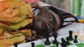 El ajedrecista que juega tumbado