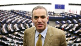 Kasparov se postula para dirigir la FIDE