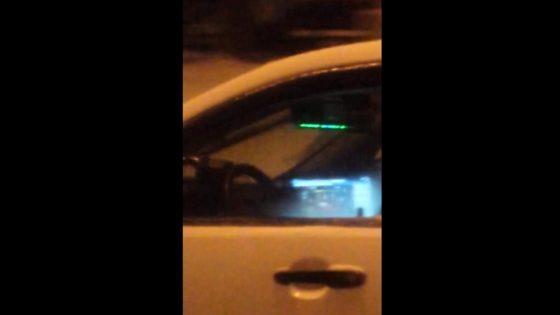 Graban a un policía que parece jugar al póker mientras conduce