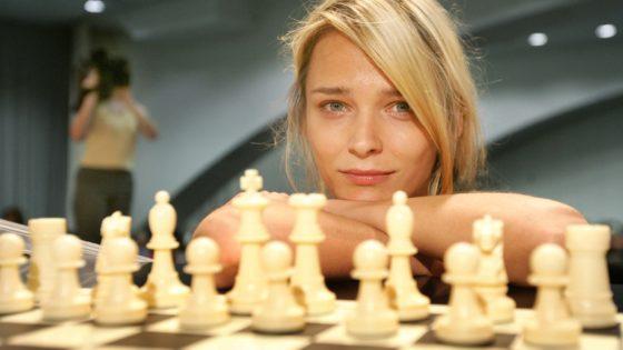 ¿Juegan mejor al ajedrez las rubias o las morenas?