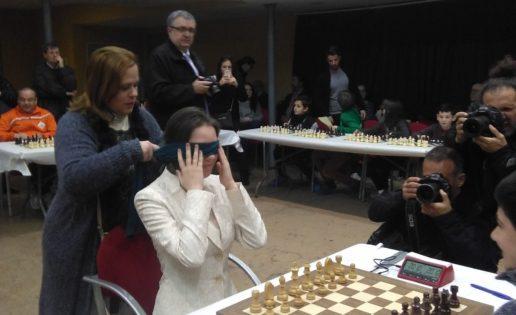 Mariya Muzychuk, excampeona del mundo, se exhibe a la ciega en Paterna