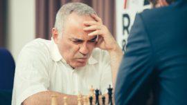 Kasparov planta cara a los jóvenes en su regreso
