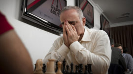 Kasparov sufre su primera derrota y baja a la tierra