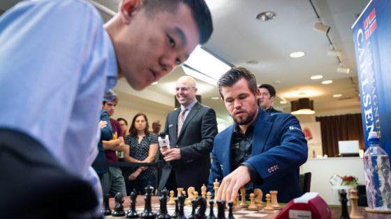 Carlsen pierde en cuatro jugadas y se lleva (casi) todos los aplausos